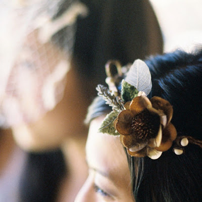 We take a look at 15 ideas and lots of tips for fresh flowers wedding hair for your big day, with flower crowns, upstyles and slides with real flowers.